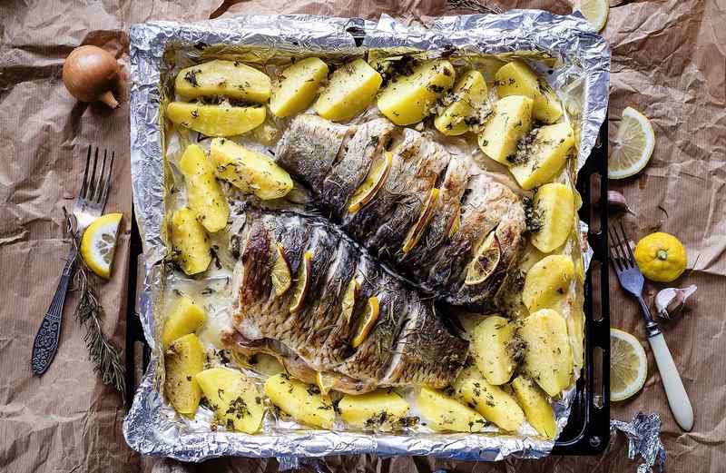 Рыба с картошкой в меду разнообразит традиционный стол