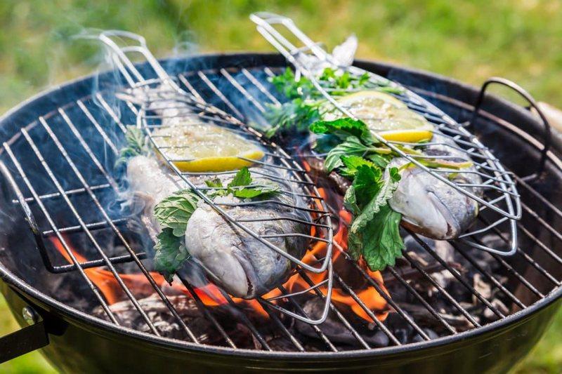 Рыба с розмарином на мангале приятно удивит своим оригинальным вкусом
