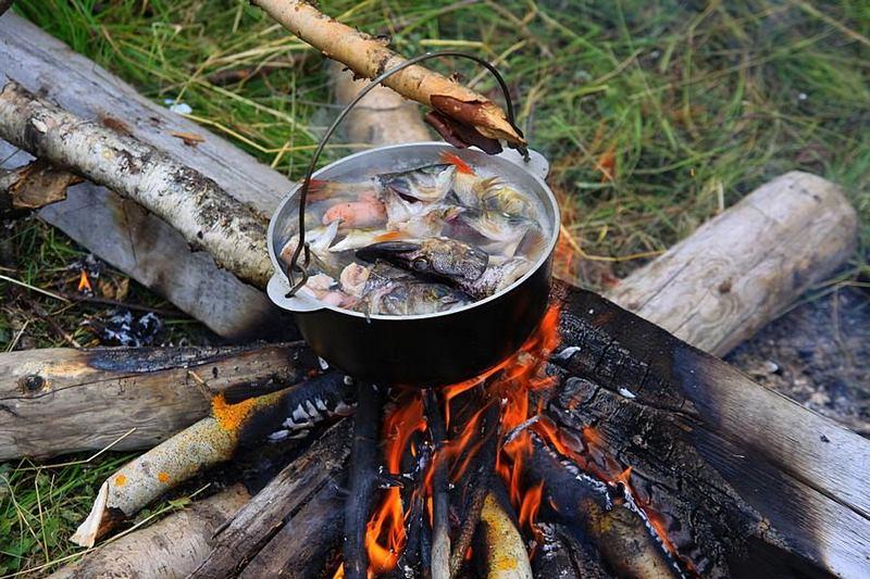 Рыбацкая уха, приготовленная на открытом огне, обладает отменным вкусом