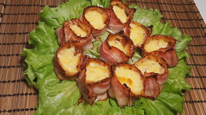 Шампиньоны в беконе - сытное блюдо, в котором сочетаются лёгкость грибов и питательность мяса