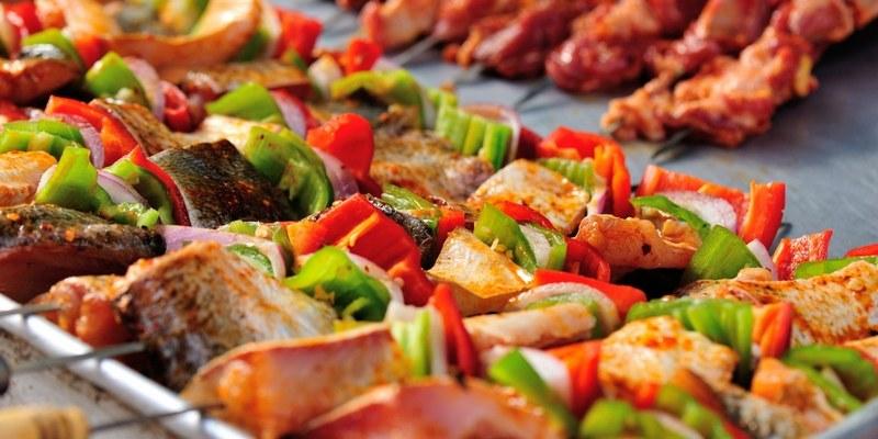 Шашлык из сома с овощами готовится очень быстро