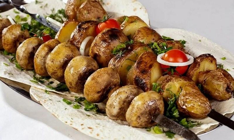 Шашлык из свежих шампиньонов, баклажанов, перца, помидоров - сытный гарнир к любому мясу