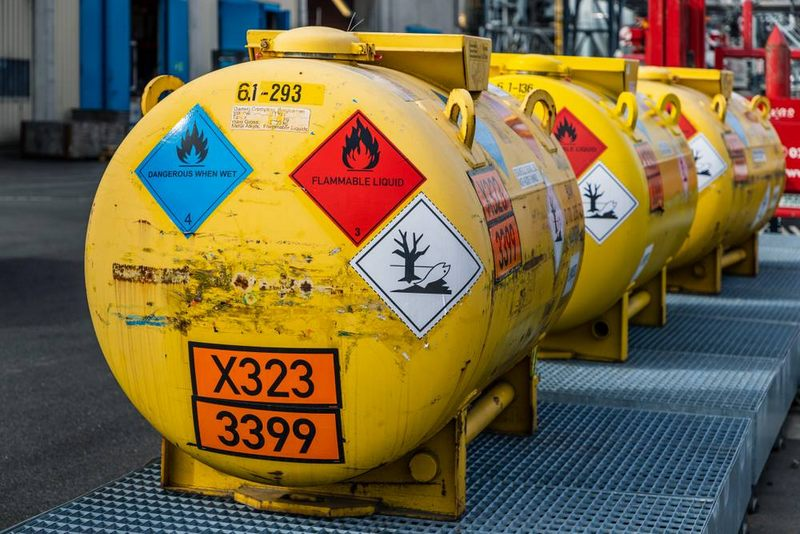 Символ химической опасности используется на контейнерах или цистернах с опасными химическими веществами