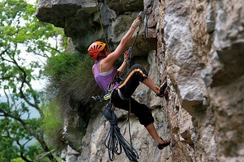 Скалолазание - это вид активного отдыха, смысл которого состоит в лазании по скале