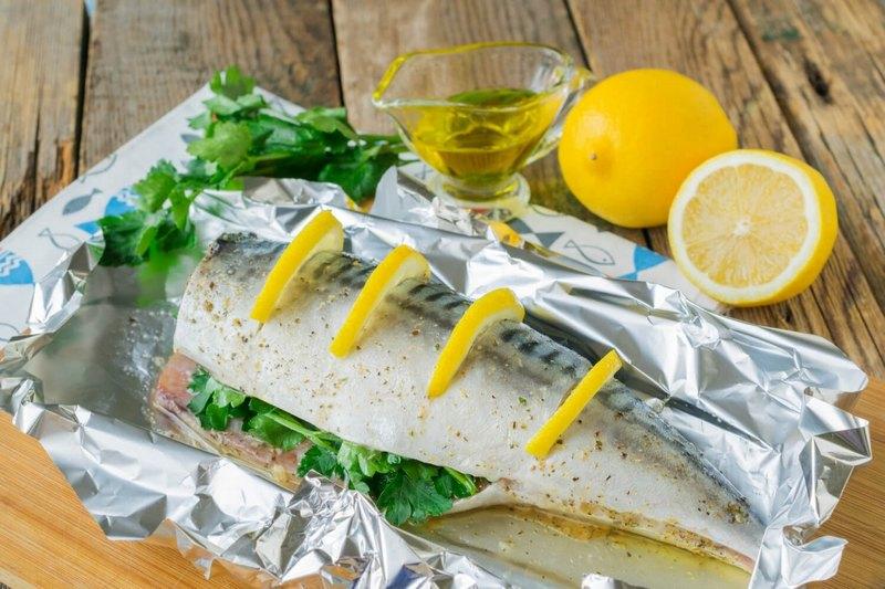 Скумбрия с лимоном и оливковым маслом получается вкусной, ароматной и сочной