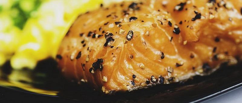 Стейки семги с итальянскими травами - деликатесное угощение, которое почти наверняка понравится всем участникам пикника