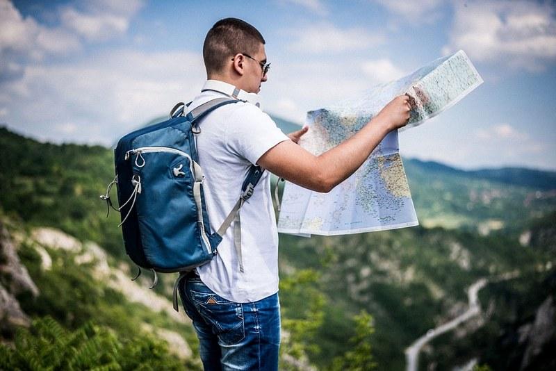 Турист должен уметь читать карту, чтобы уверенно ориентироваться на местности