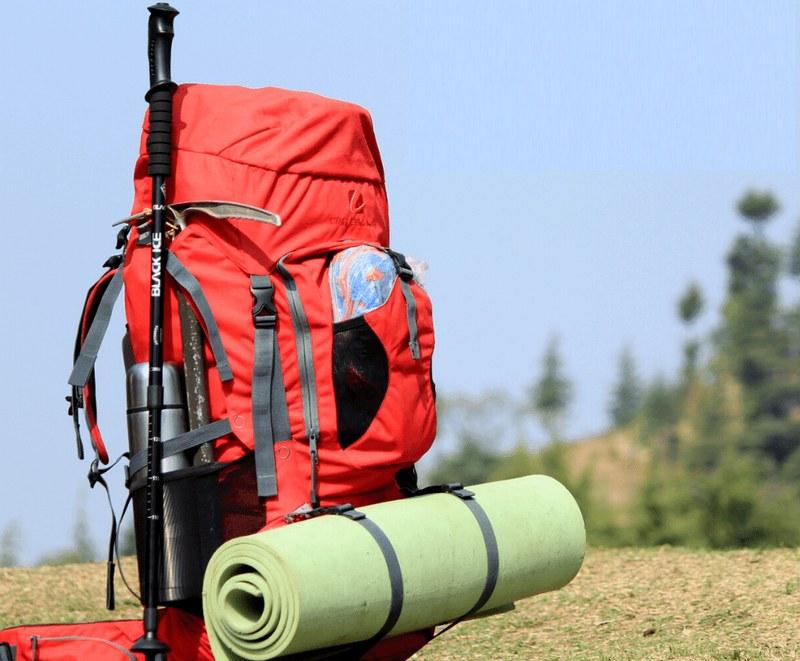 Тяжеловесное железное снаряжение крепят снаружи рюкзака