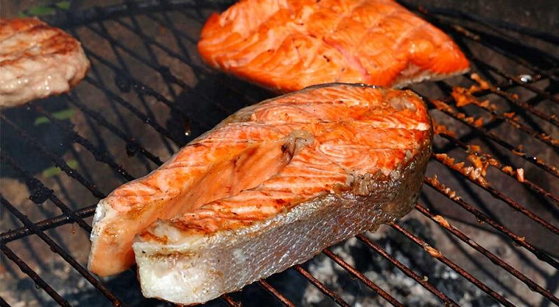 Время приготовления блюда зависит от размера стейков рыбы