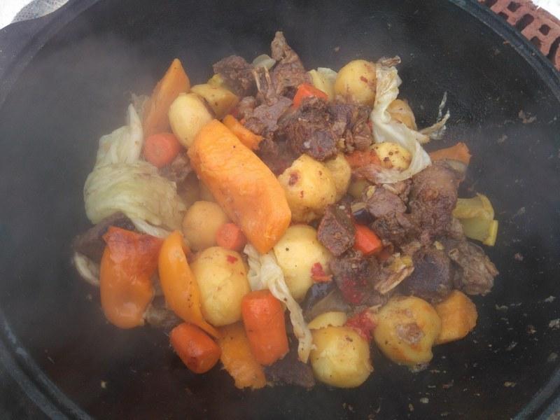 Баранина в казане готовится очень быстро, а сочетание с овощами делает вкус блюда приятным и насыщенным