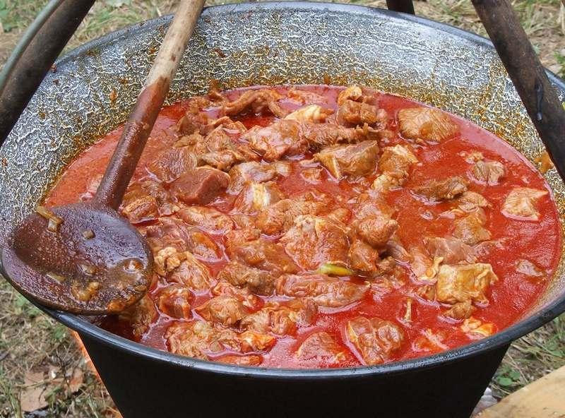 Бограч, или гуляш по-закарпатски - вкусное мясное блюдо, которое очень популярно на Закарпатье
