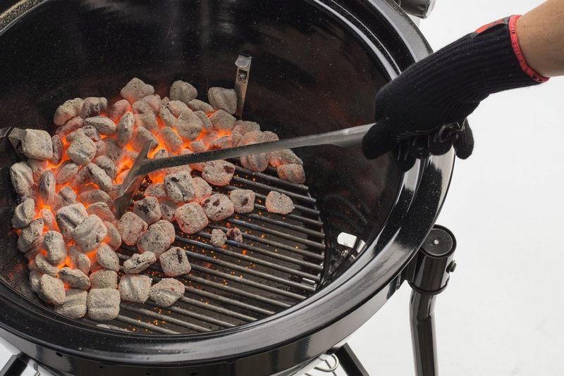 Чтобы рыба не подгорела при слишком высокой температуре, следует равномерно распределить угли по мангалу