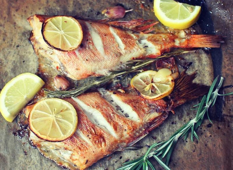 Для приготовления рыбы с розмарином можно использовать любую пойманную или замороженную рыбу, взятую с собой