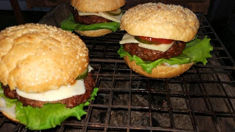 Гамбургеры на костре - отличная альтернатива классическим шашлыкам