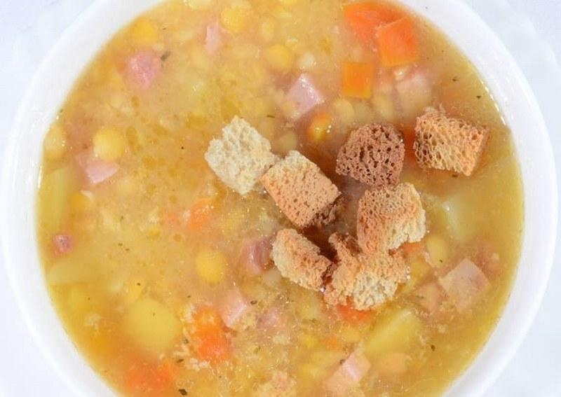 Гороховый суп с чесночными сухариками - это густое, наваристое и чрезвычайно вкусное блюдо с легким ароматом дымка