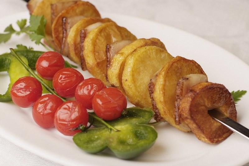 Картофель на шампуре - это самое любимое и популярное блюдо, которое готовится на природе