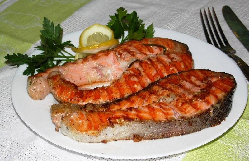 Кета в маринаде - деликатесное угощение, которое понравится всем участникам пикника