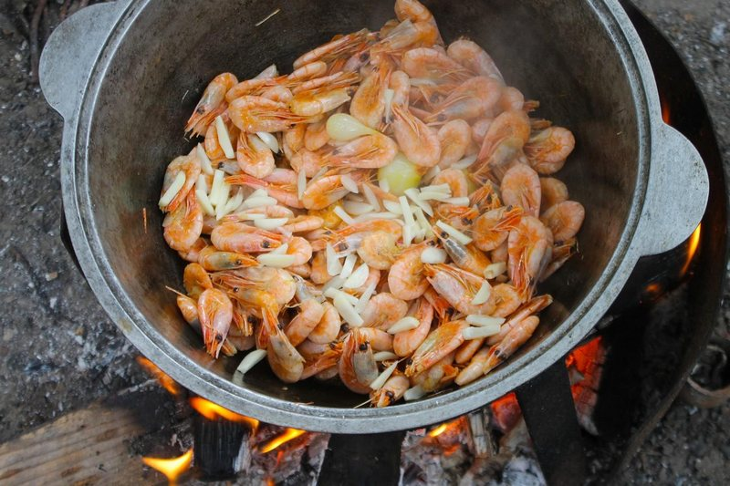 Креветки в казане на костре - лучшее угощение для большой компании на дружественном пикнике