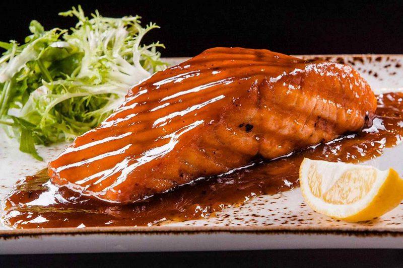 Лосось с соевым соусом и коричневым сахаром - оригинальный и необычный рецепт блюда, который порадует легким ароматом дыма и хрустящей корочкой