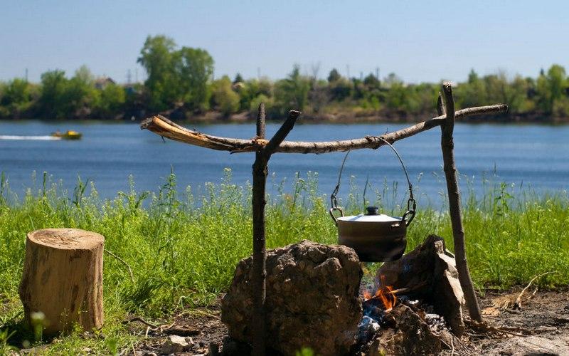 Лучшее место для разжигания огня – это дно оврага или подветренная сторона леса