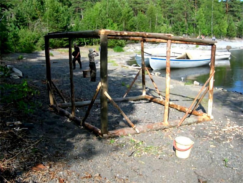 Основательный каркас походной бани из жердей