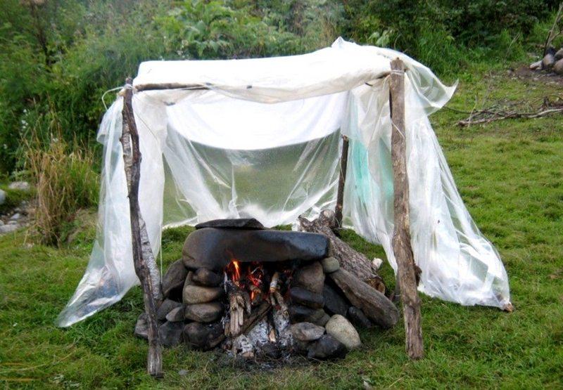Отличием конструкции бани «по-черному» является расположение печки внутри палатки