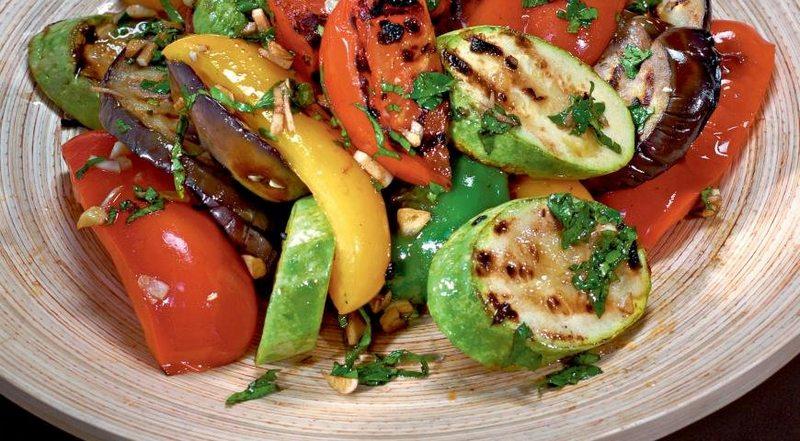 Овощи, запеченные на костре - это здоровая альтернатива калорийной, жареной еде