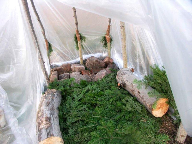 Пол внутри палатки выкладывают из хвойных веток