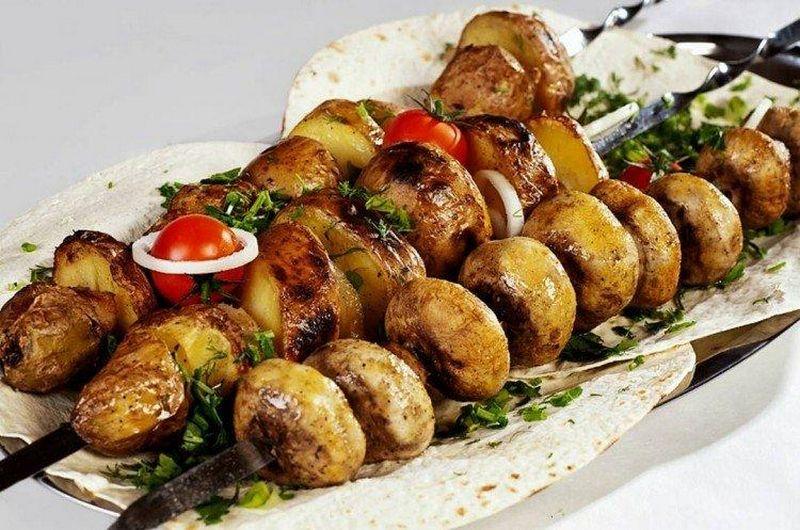 Рецепт вкусного шашлыка из шампиньонов на шампурах обязательно заинтересует любителей сытной еды