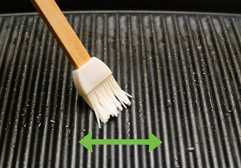 Рыба не прилипнет, если перед началом приготовления смазать решетку гриля маслом