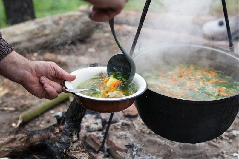 Рыбацкая уха - лучшее угощение для большой компании на дружественном пикнике