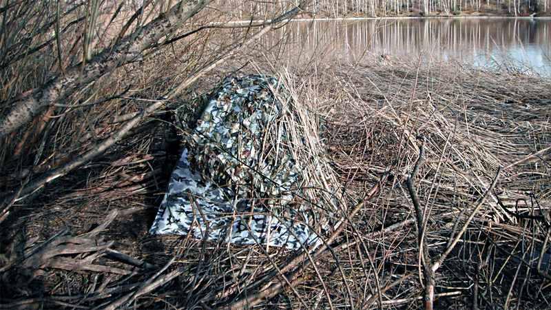 Шалаш можно собрать на месте из подручных материалов и накрыть его маск-сеткой