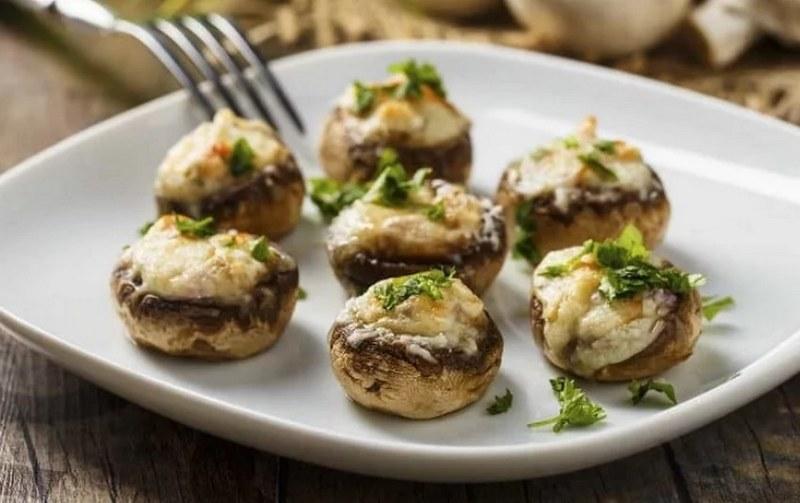 Шампиньоны, фаршированные сыром и ветчиной - вкусное блюдо, которое готовится на удивление быстро