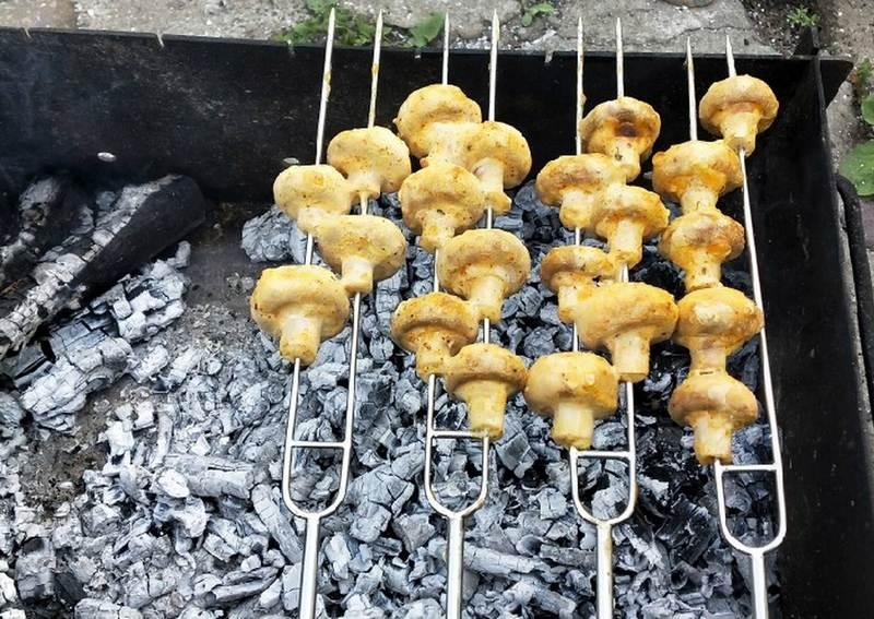 Шампиньоны, приготовленные на мангале с горчицей, получаются невероятно сочными, имеют приятный румяный цвет