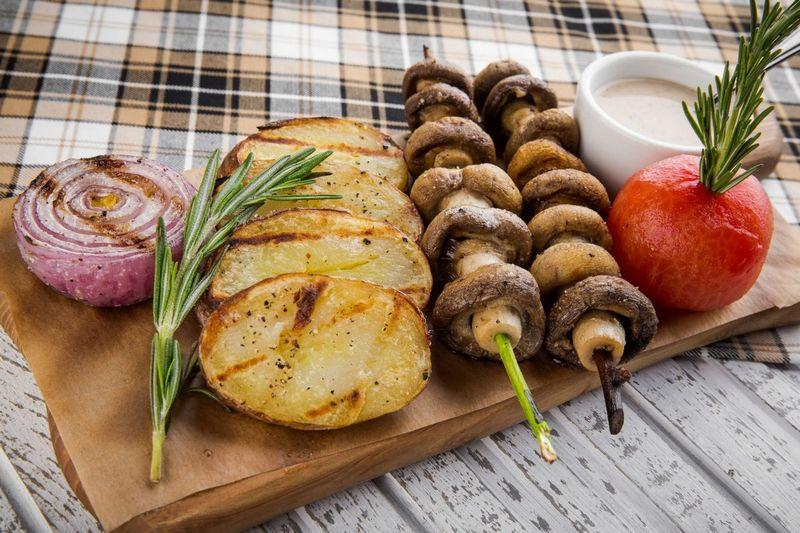 Шампиньоны с картофелем, запеченные на мангале, понравятся и детям, и взрослым