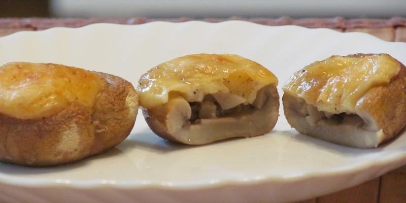 Шампиньоны с сыром - вкусное кушанье, которое обязательно заинтересует любителей сытной еды
