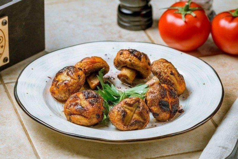 Шампиньоны в томатном соусе на мангале - вкусная закуска, которая отлично сочетается с летними овощами