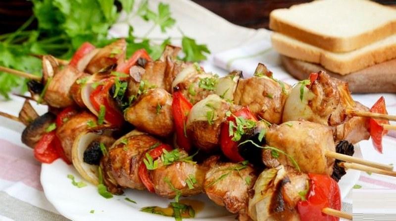 Шашлык из курицы и шампиньонов с картошкой - это оригинальное и простое в приготовлении блюдо