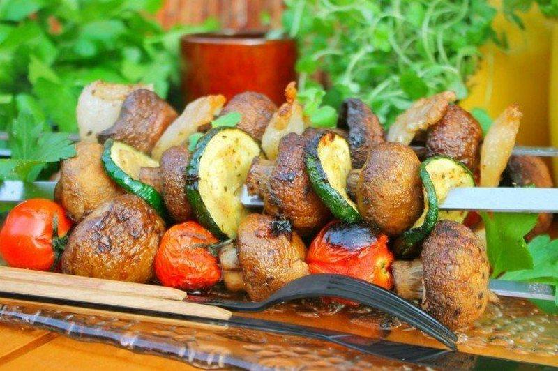 Шашлык из свежих шампиньонов и овощей - великолепная закуска для пикника