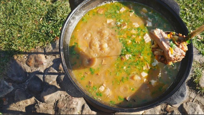 Суп фасолевый с мясом - сытное и питательное угощение, которое поможет восстановить энергию и набраться сил