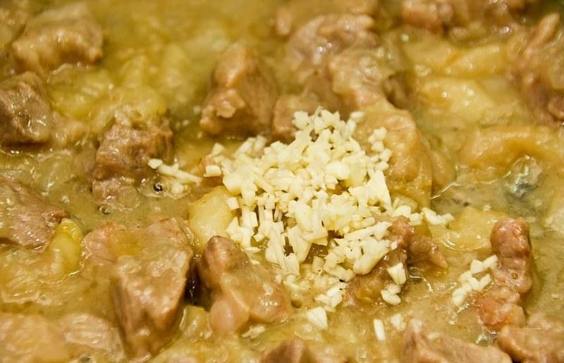 Свинина по-балкански с гарниром из гороха - деликатесное угощение, которое понравится всем участникам пикника
