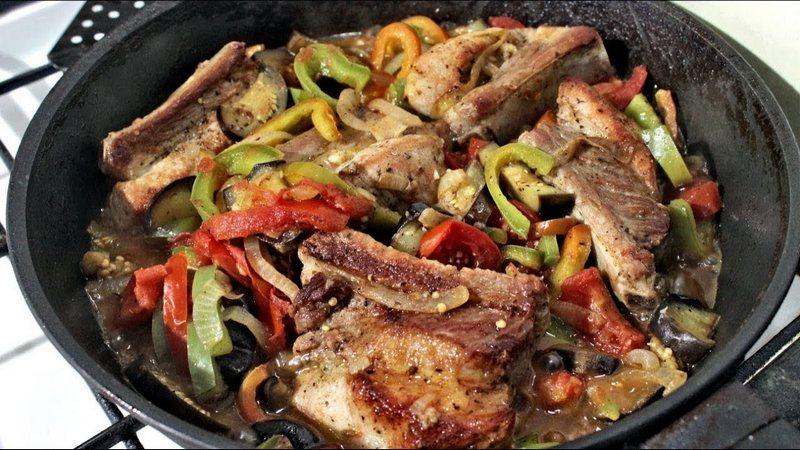 Свиные ребра с овощами - сытное блюдо, которое отлично подходит для восстановления сил после активного отдыха на природе