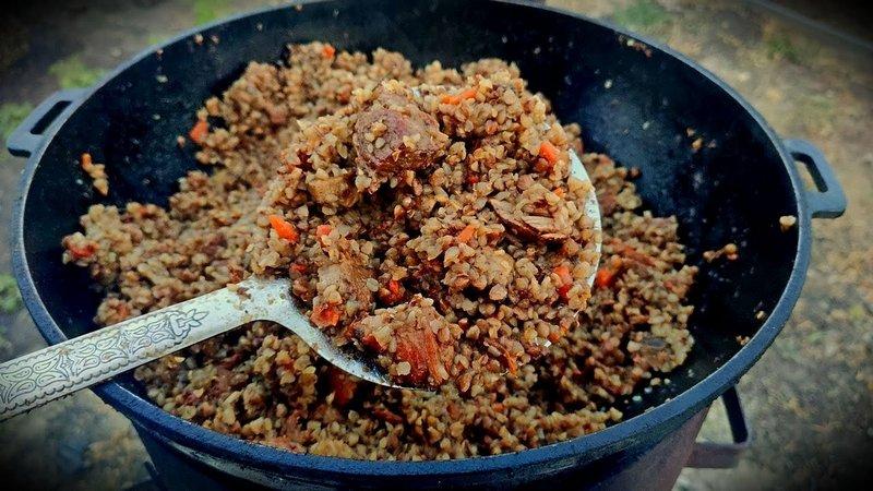 Сытную наваристую гречневую кашу с мясом просто приготовить в походных условиях