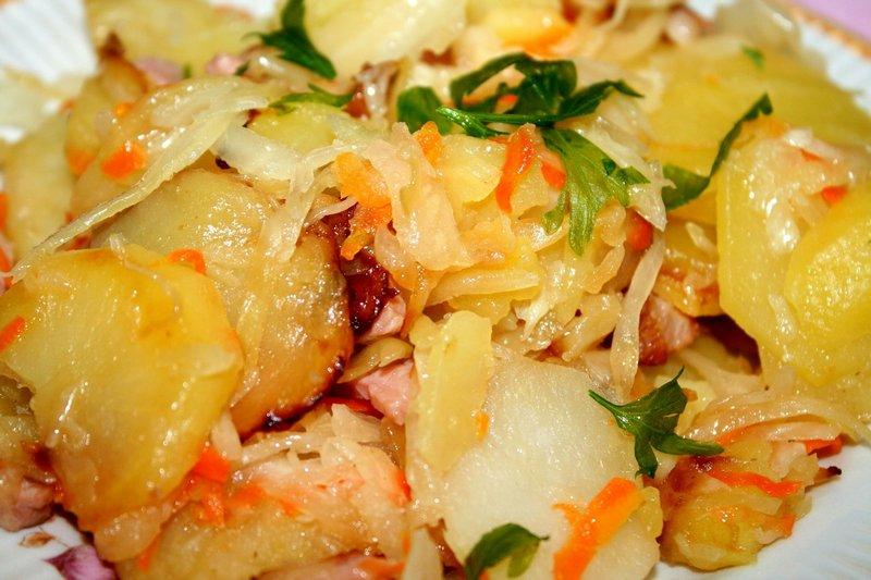 Тушеный картофель с квашеной капустой - самый простой, но от этого не менее вкусный рецепт из картошки в казане