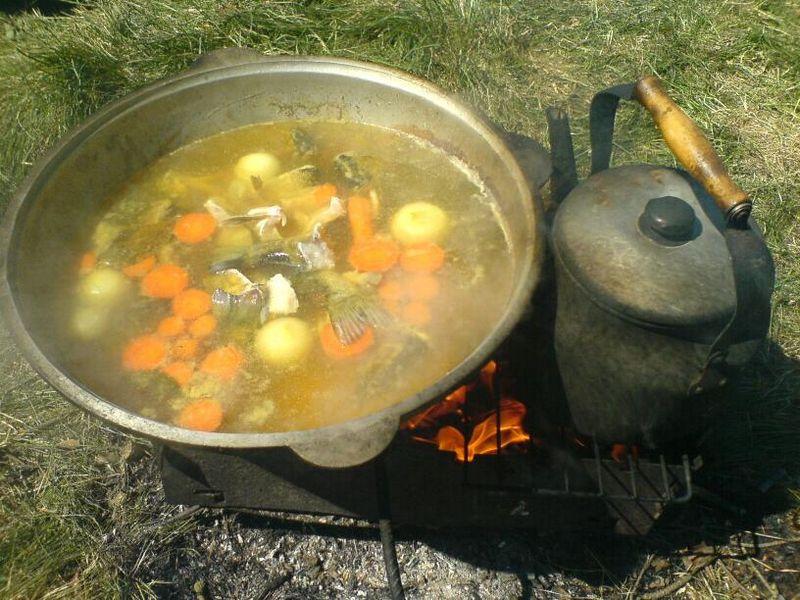 Уха на костре в казане - традиционное русское блюдо, которое всегда кажется вкуснее, если готовить и есть его на природе