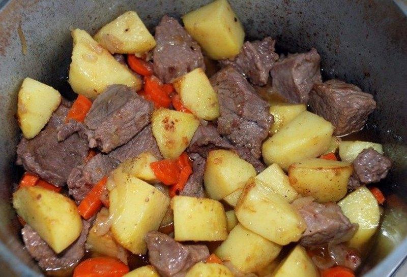 Жаркое с картофелем в казане - питательное и калорийное блюдо, которое очень актуально в холодную пору