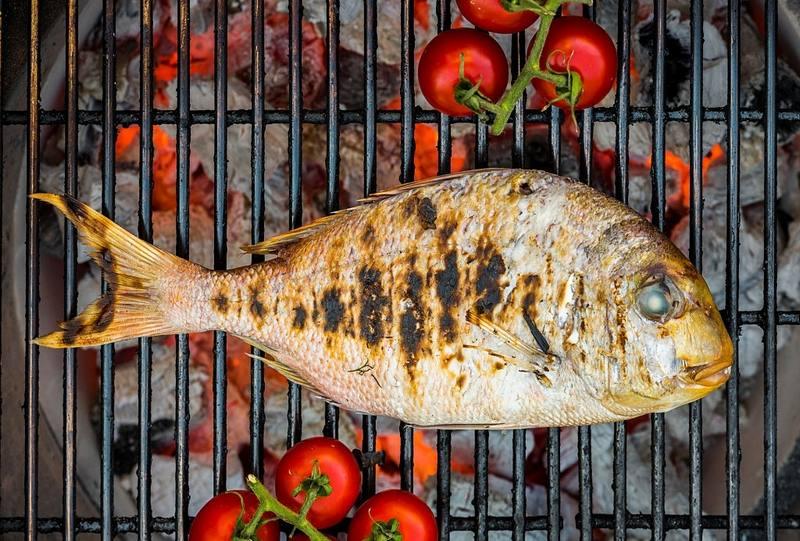 Запеченная рыба с помидорами - интересный вариант быстрой закуски, приготовленной на мангале